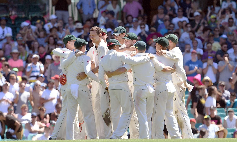 آسٹریلین ٹیم میچ میں فتح کا جشن منا رہی ہے— فوٹو: اے ایف پی