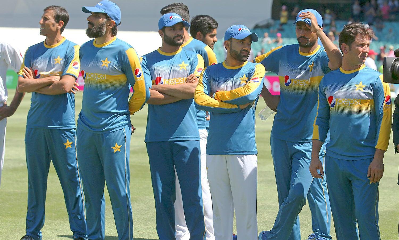 شکست کے بعد پاکستانی کھلاڑی مایوس کھڑے ہیں— فوٹو: اے پی
