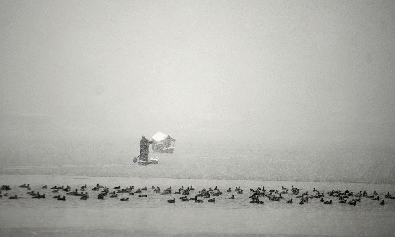 سرد موسم میں لوگوں نے گھروں تک محدود رہنے میں ہی بہتری جانی —فوٹو: اے ایف پی