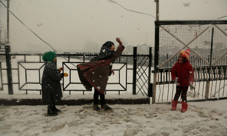 ننھے منے بچوں نے بھی برف کے گولوں سے ایک دوسرے کی تواضع کی —فوٹو: اے پی
