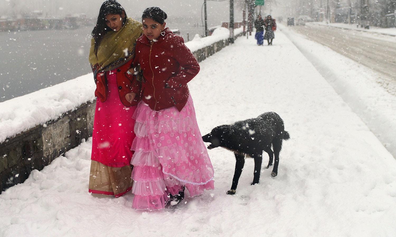 بھارت سے آئے سیاحوں نے بھی آسمان سے گرتے برف کے گالوں کا لطف اٹھایا—فوٹو: اے ایف پی