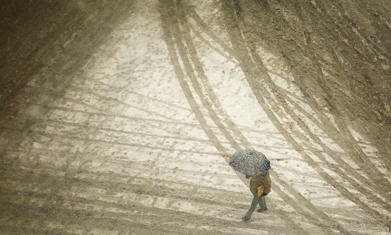 مسلسل جاری رہنے والے برفباری سے جموں سری نگر نیشنل ہائی وے بند ہوگئی—فوٹو: اے پی