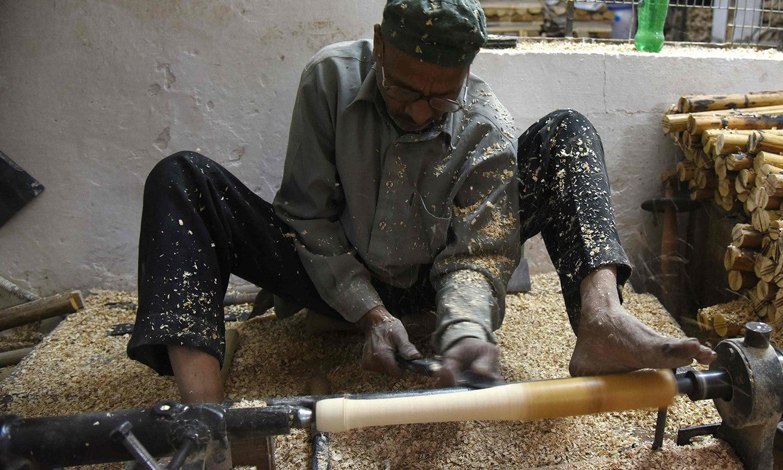 نئی دلی سے 70 کلومیٹر کے فاصلے پر واقع میرٹھ میں کرکٹ کے بلے بنانے کی فیکٹری قائم ہے—فوٹو: اے ایف پی