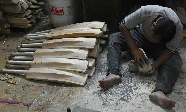 ہندوستان کے بلے بازسنچریوں اور رنز کے انبار لگانے کے لیے مشہور ہیں جن کے بلے اس فیکٹری میں بھی تیار ہوتے ہیں—فوٹو: اے ایف پی