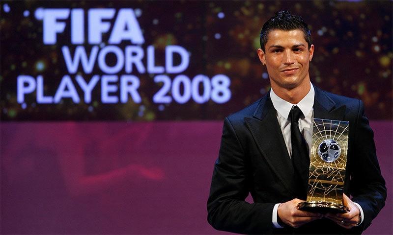 رونالڈو 2008 کے سال کے بہترین کھلاڑی کی ٹرافی کے ہمراہ— فوٹو: رائٹرز