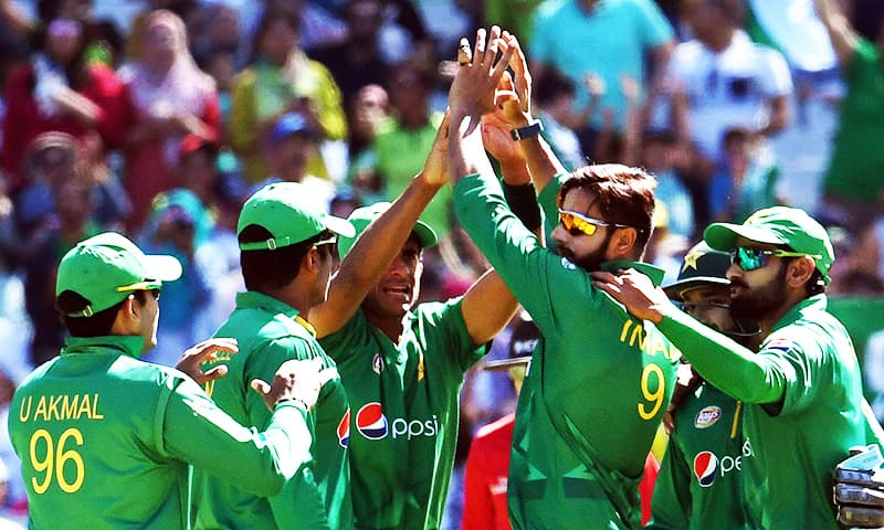Pakistan bowler Imad Wasim (C) celebrates with teammates after dismissing Australia's batsman Genn Maxwell during their one-day international (ODI) played at the MCG in Melbourne. ─ AFP