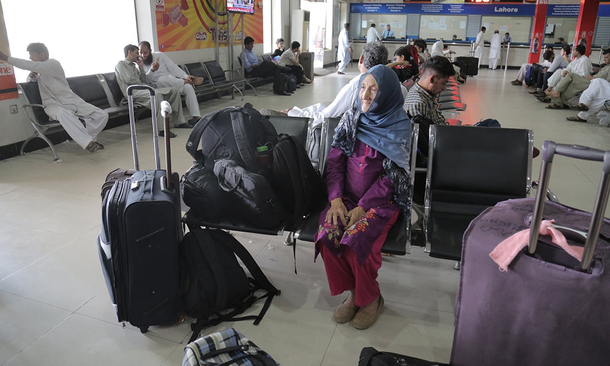 Zaiba waits for a bus to Lahore at Daewoo's Rawalpindi terminal | Danial Shah