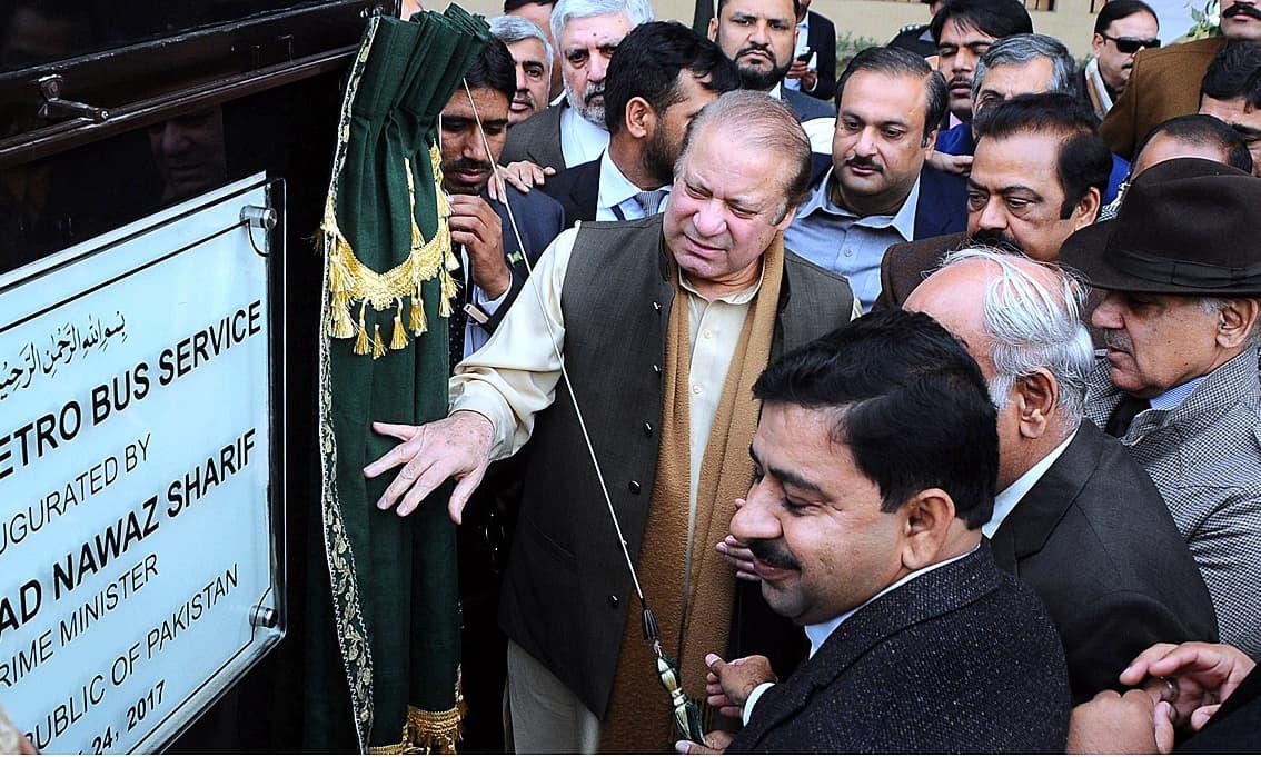 PM Nawaz Sharif unveiling the plaque to inaugurate Metro Bus Service in Multan. —APP