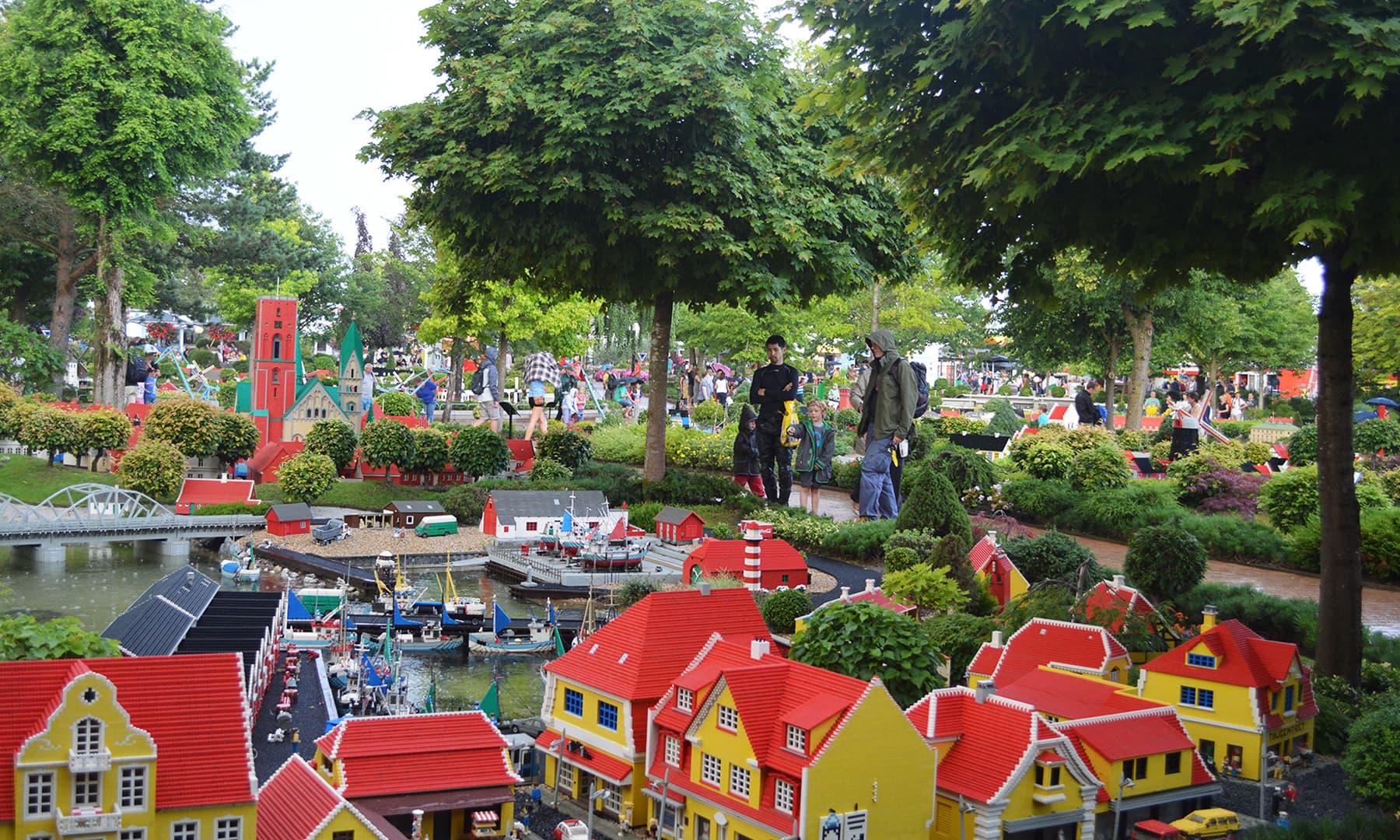 ڈنمارک کے شہر بلنڈ میں واقع لیگو کھلونوں کا آباد ایک شہر، لیگو لینڈ— رمضان رفیق