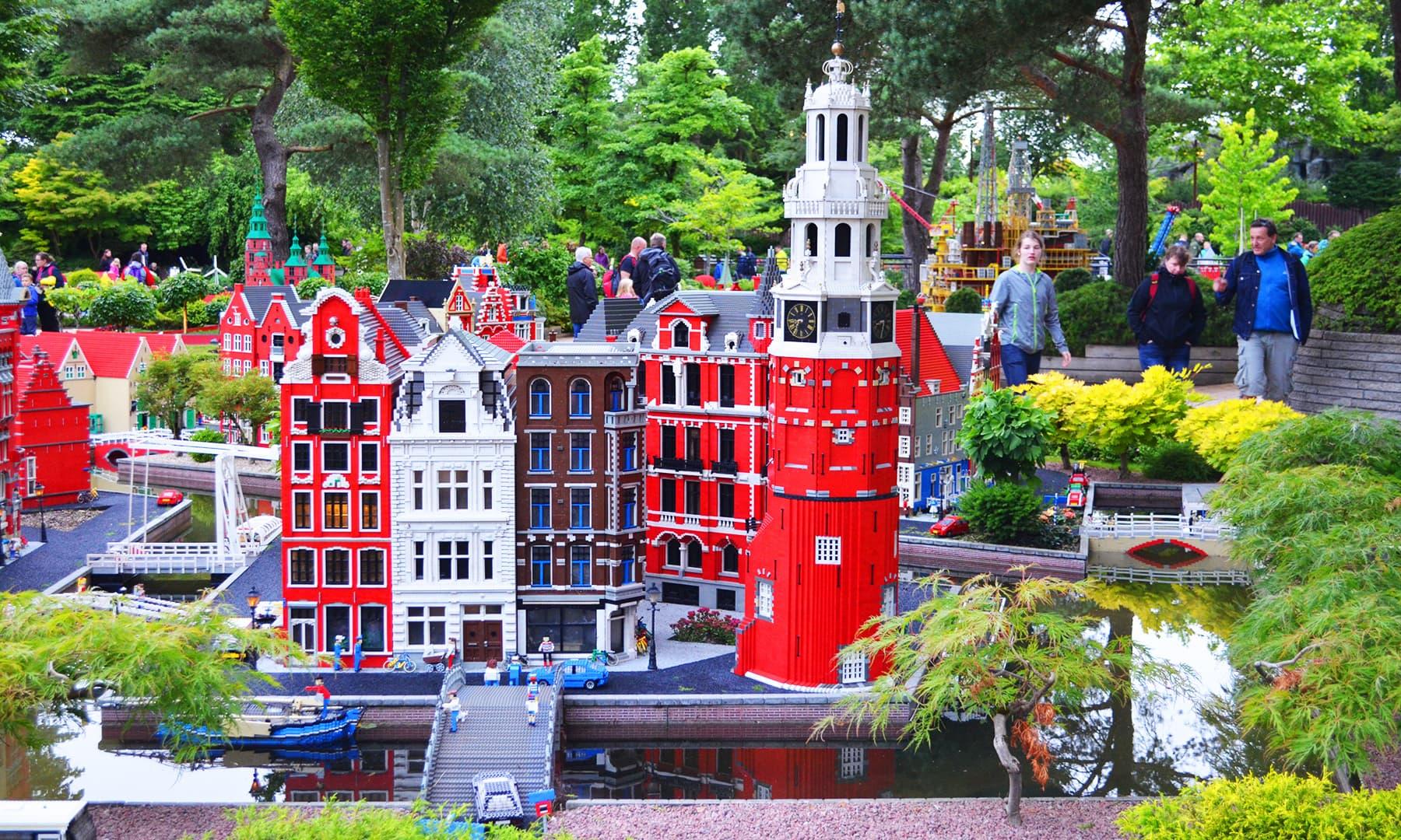 لیگو کے یونٹس سے بنی ان عمارتوں کو دیکھ کر ان کے بنانے والوں کی تخلیقی صلاحیت کا پتہ چلتا ہے — تصویر رمضان رفیق