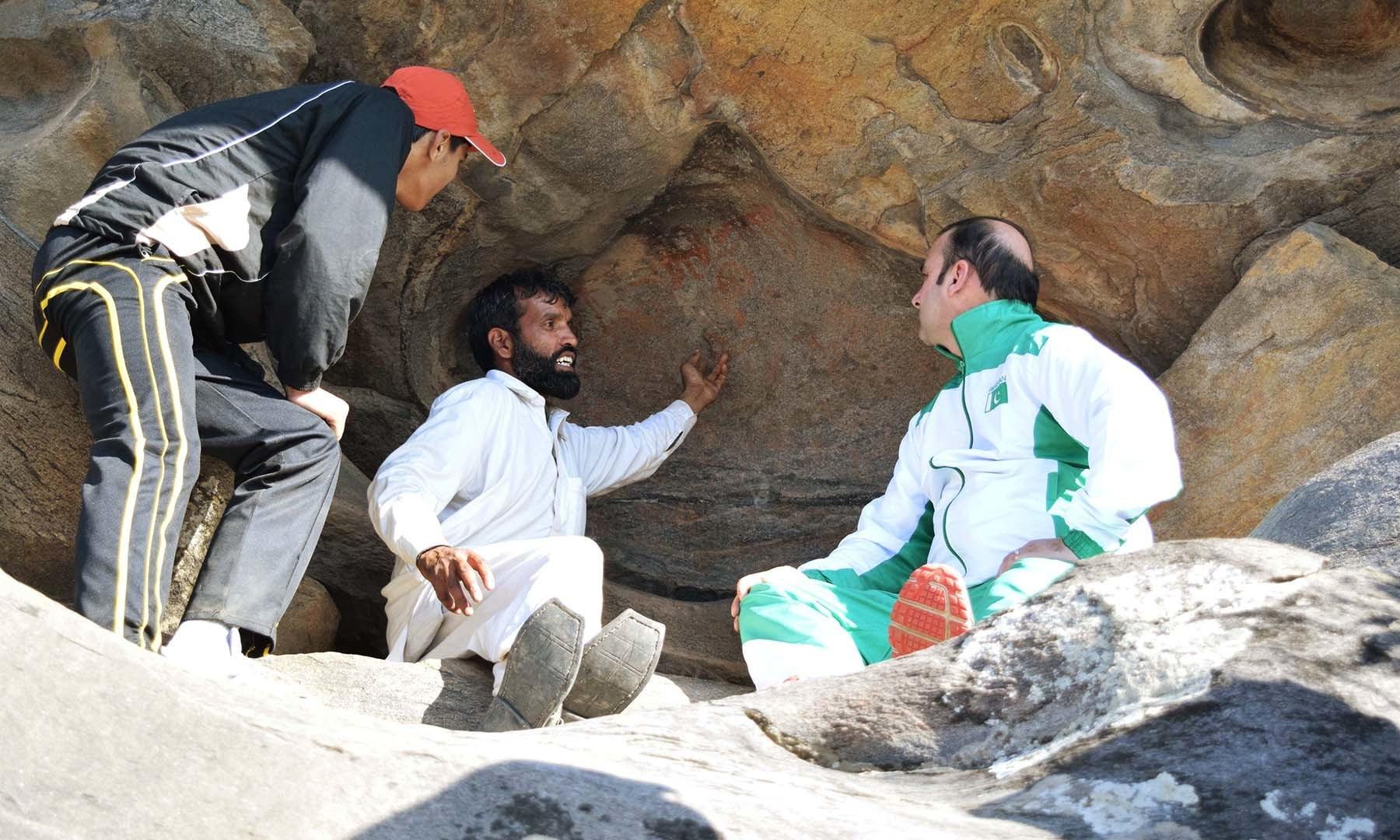 گائیڈ سیاحوں کو پینٹنگز کے حوالے سے آگاہ کر رہا ہے— امجد علی سحاب