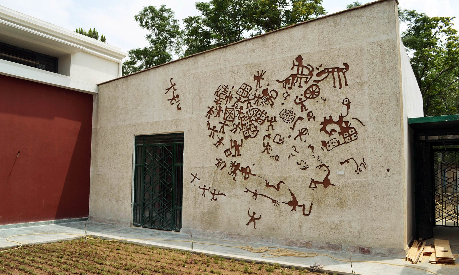 سوات میوزیم کی دیوار پر کاکئی کنڈو اور سرگاہ سر کی پینٹنگز کو دوہرایا گیا ہے— امجد علی سحاب