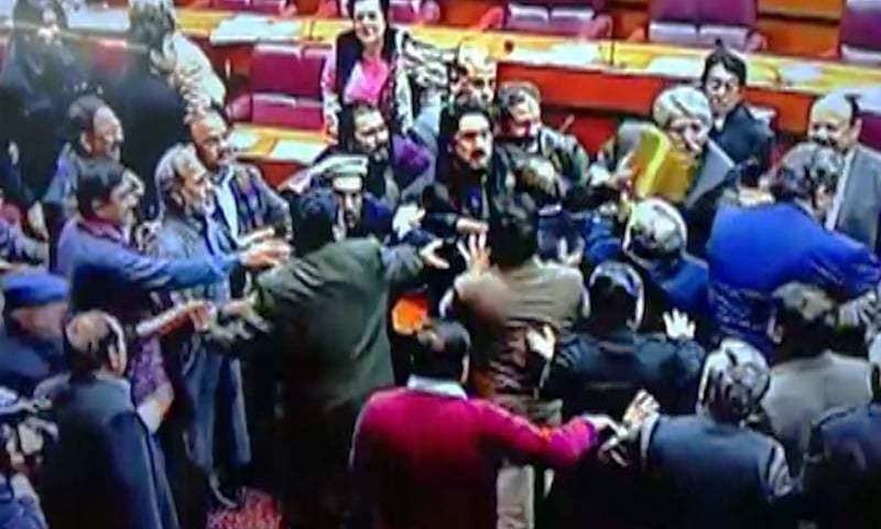قومی اسمبلی کے اجلاس میں پی ٹی آئی کے رکن اسمبلی شہریار آفریدی اور شاہد خاقان عباسی آپس میں لڑ پڑے۔