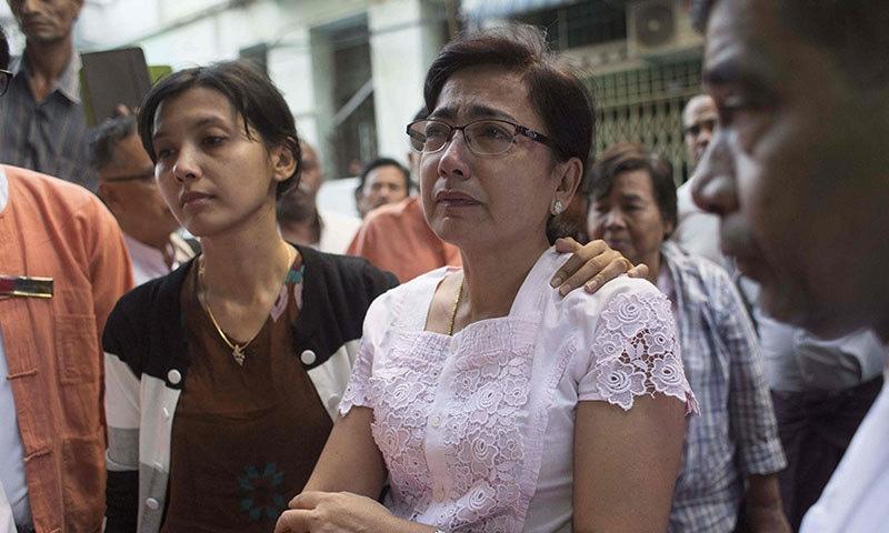 مقتول وکیل کی بیوہ اور بیٹی—فوٹو: اے ایف پی