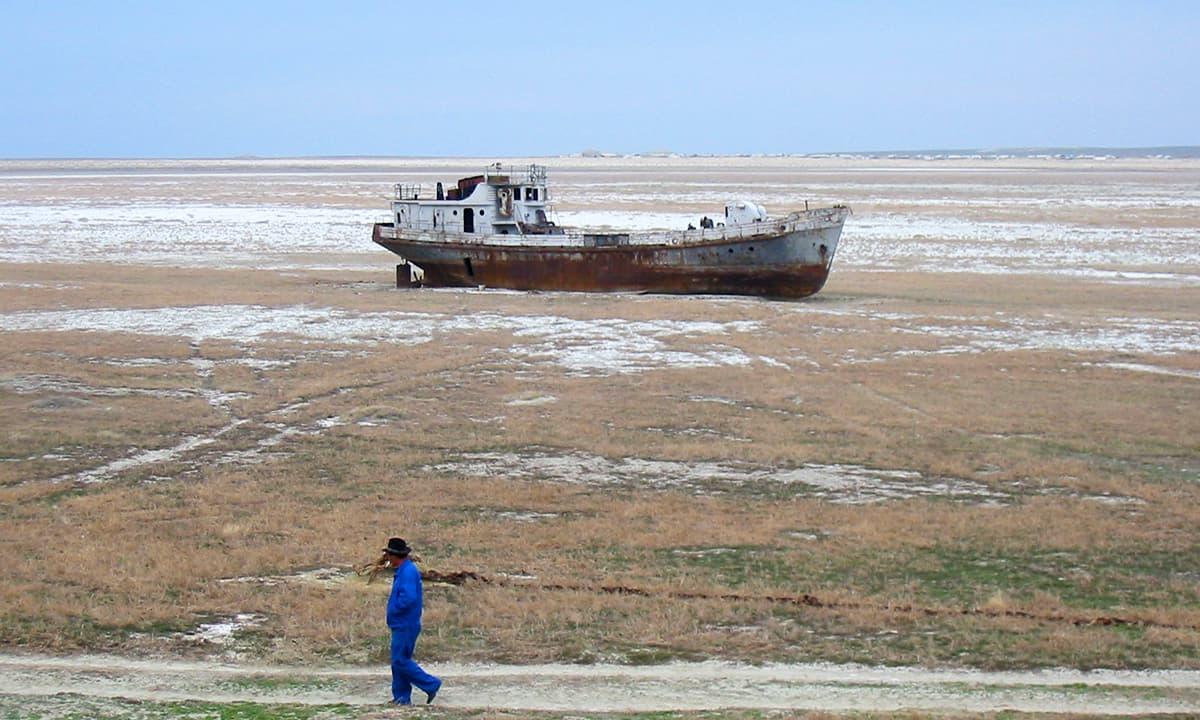 بحیرہءِ ارال میں ماہی گیروں کی ایک کشتی کی باقیات۔ جھیل کے خشک ہوجانے کی وجہ سے لاکھوں لوگوں کے روزگار کا ذریعہ ختم ہو چکا ہے۔— فوٹو پبلک ڈومین