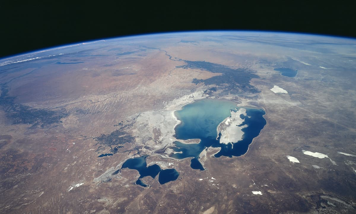 بحیرہءِ ارال کی 1997 میں خلاء سے لی گئی تصویر۔ — بشکریہ ناسا۔