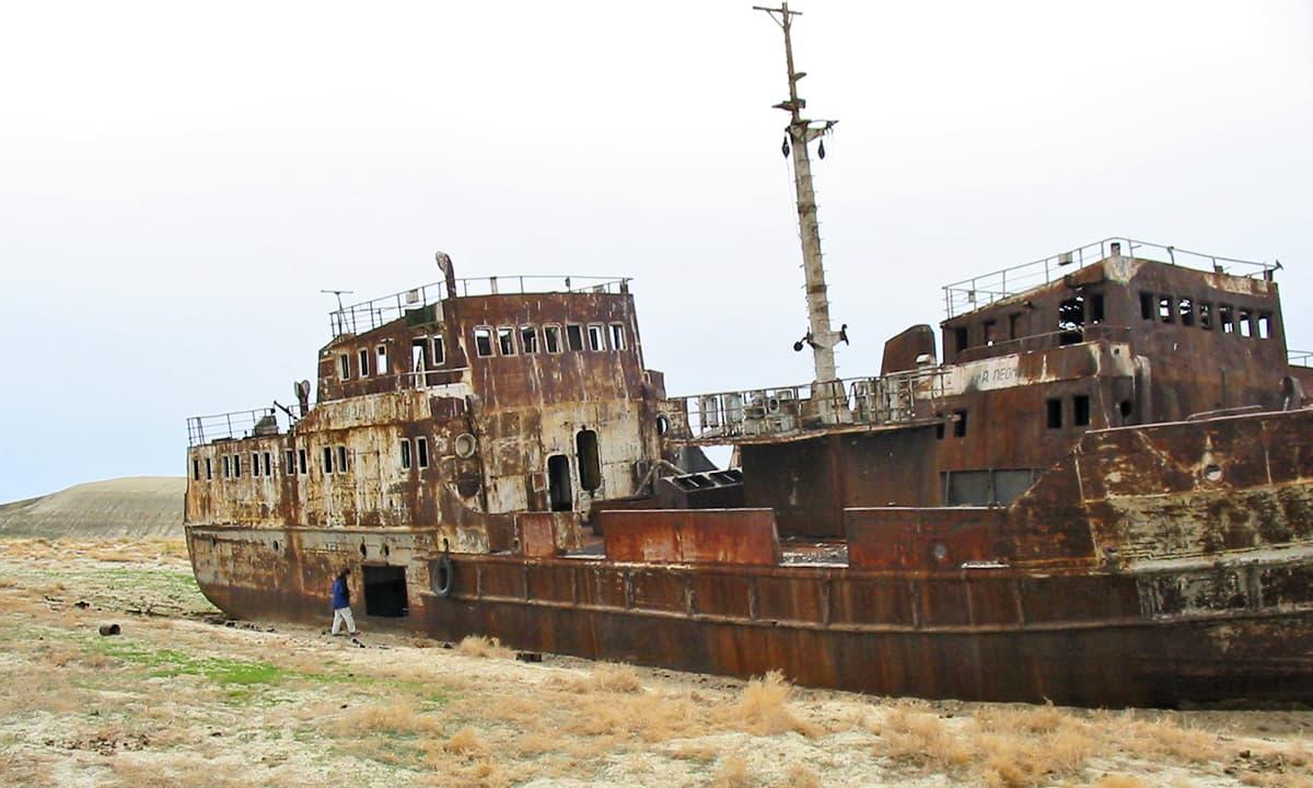 بحیرہءِ ارال میں ایک بحری جہاز کی باقیات.— فوٹو پبلک ڈومین