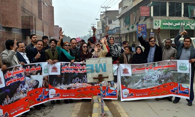 Civil society workers in Multan take out a rally to express solidarity with people of Kashmir. ─ APP