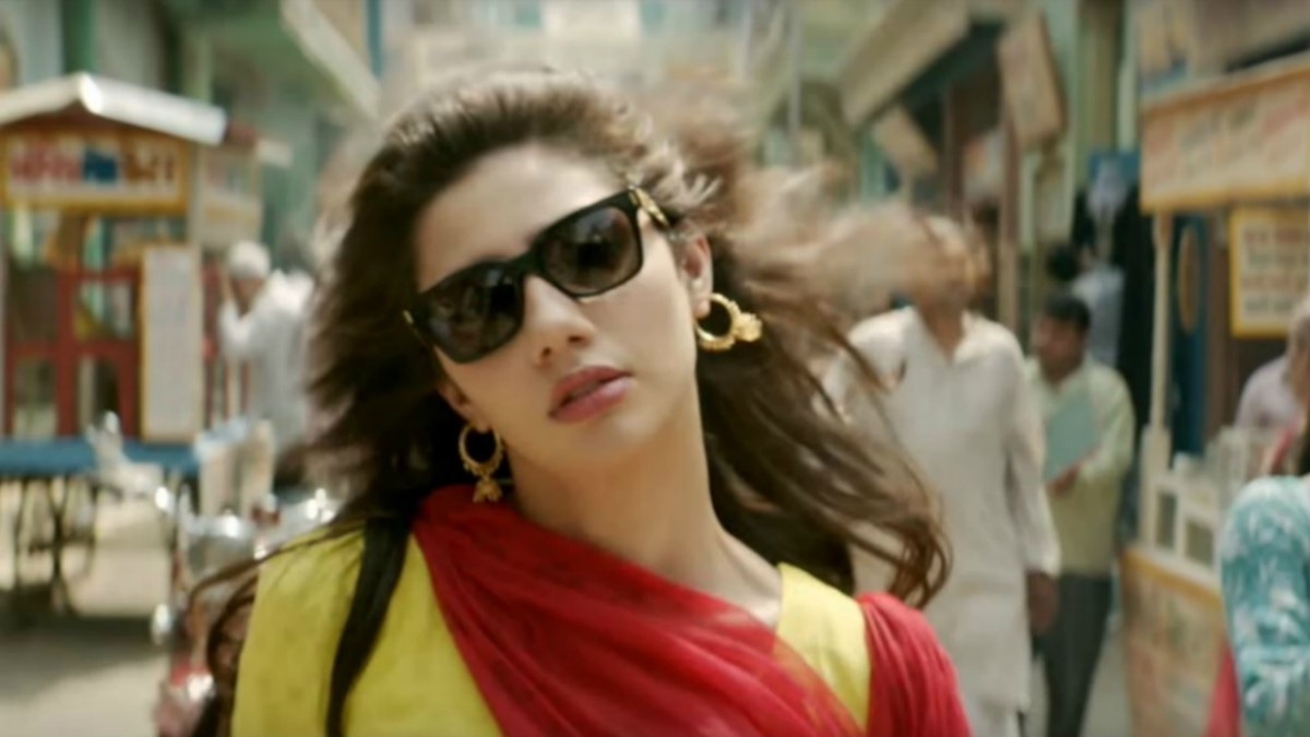 Mahira teaches us how to master the hairflip in this deleted Raees song