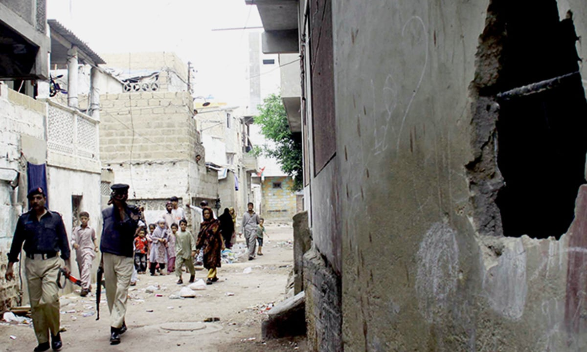 Police prepare for an operation against suspected criminals in Lyari | Mujeeb ur Rehman, White Star