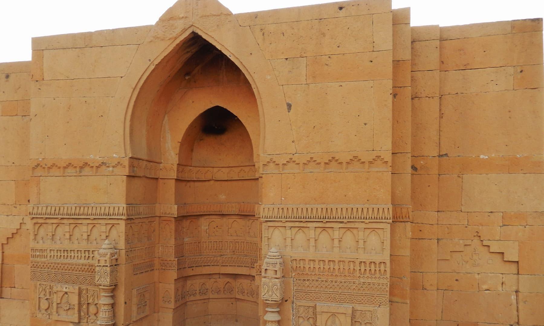 مکلی کے مقام پرموجود سنگتراشی کے نمونے — تصویر ابوبکر شیخ