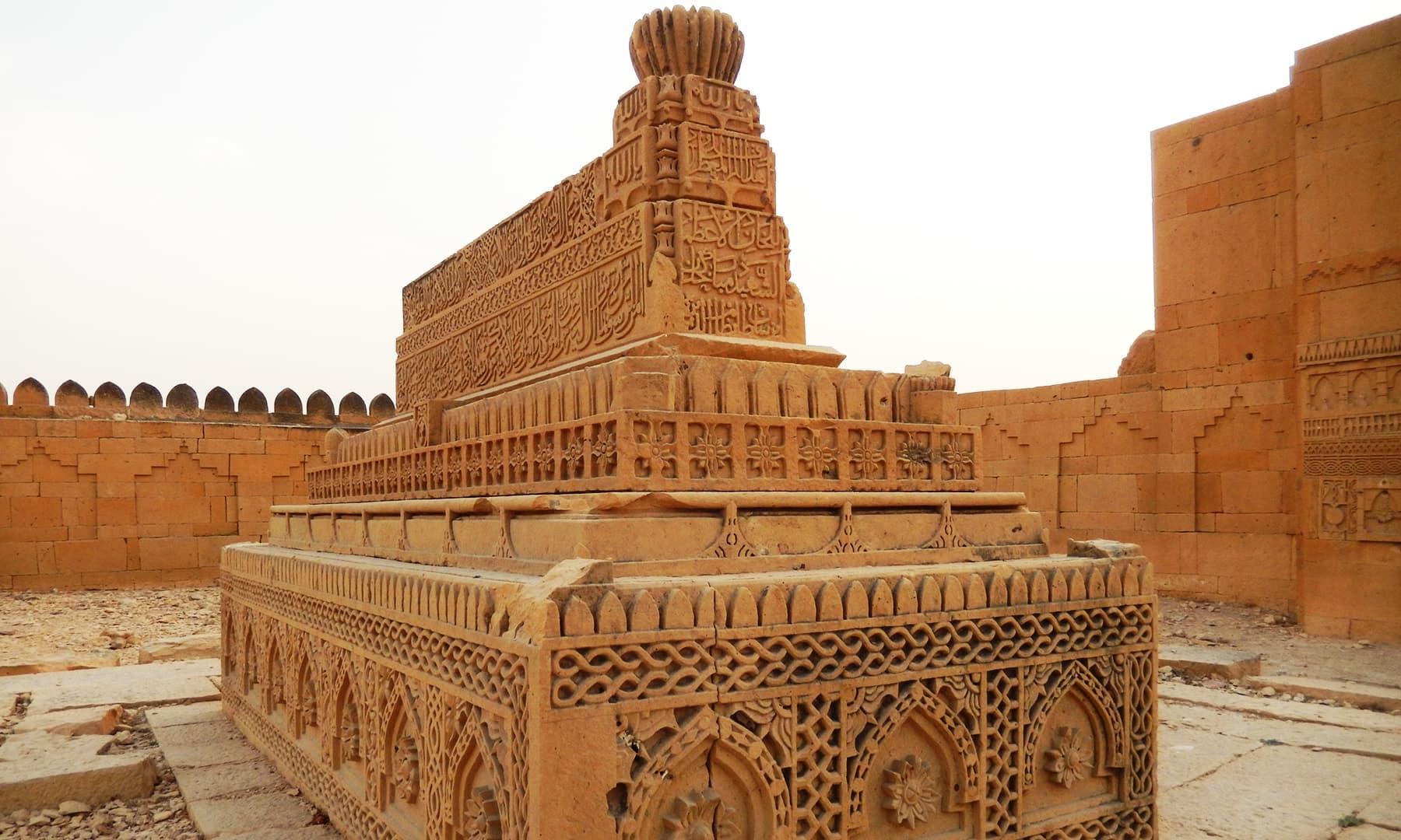 مکلی کے مقام پر موجود سنگتراشی کے نمونے— تصویر ابوبکر شیخ
