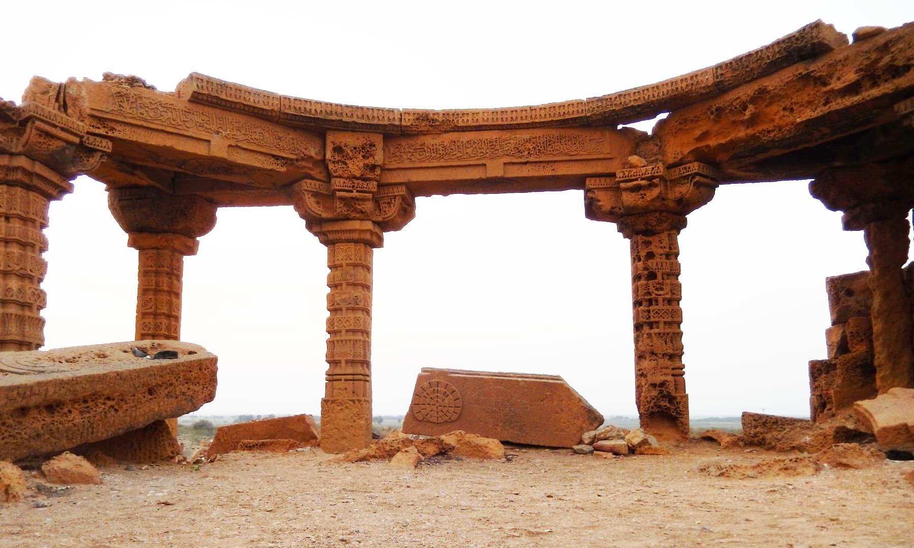 مکلی کے مقام پر موجود سنگتراشی کے نمونے — تصویر ابوبکر شیخ