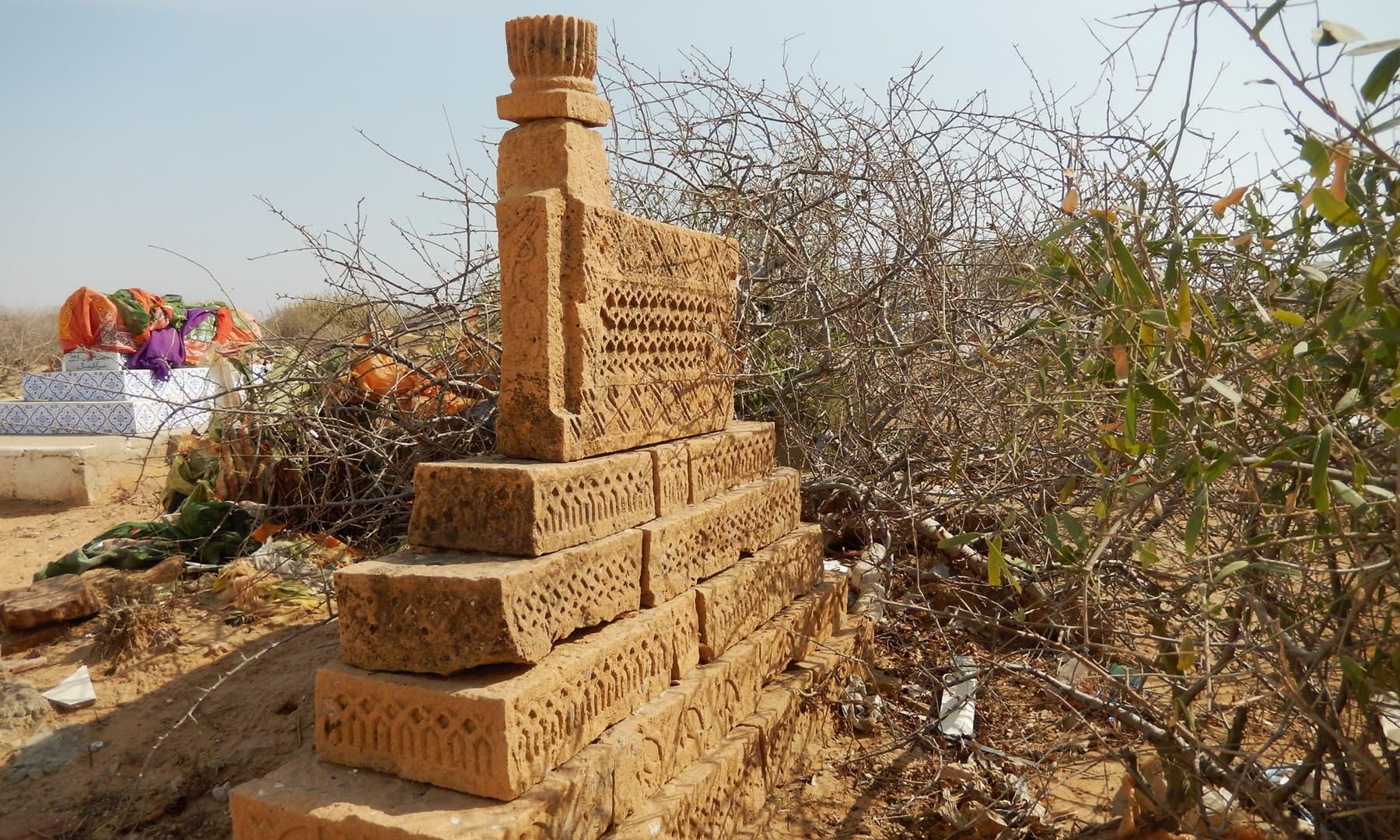 جنگشاہی کے قبرستان میں موجود فن سنگتراشی — تصویر ابوبکر شیخ