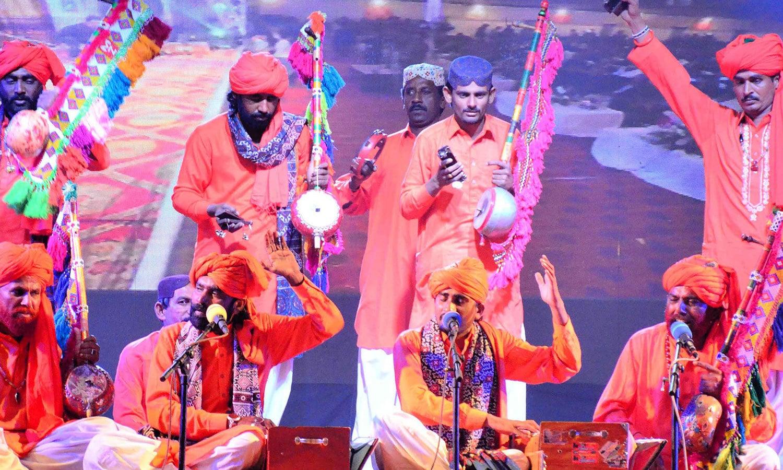 لوک فنکاروں سمیت صوفی فنکار بھی محفل میں شامل تھے—فوٹو:پی پی آئی