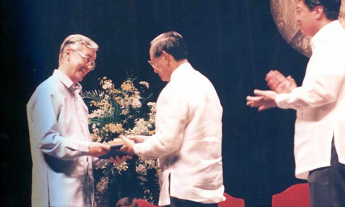 Anzorena (L) accepts the Ramon Magsaysay Award for International Understanding in 1994 | rmaf.org.ph