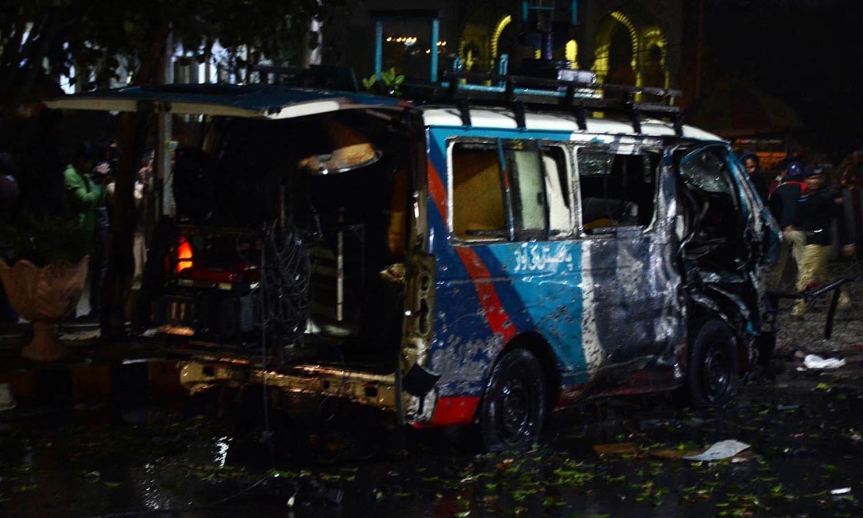 دھماکے کے نتیجے میں ایک نجی چینل کی ڈی ایس این جی بھی تباہ ہو گئی—فوٹو/ اے پی پی
