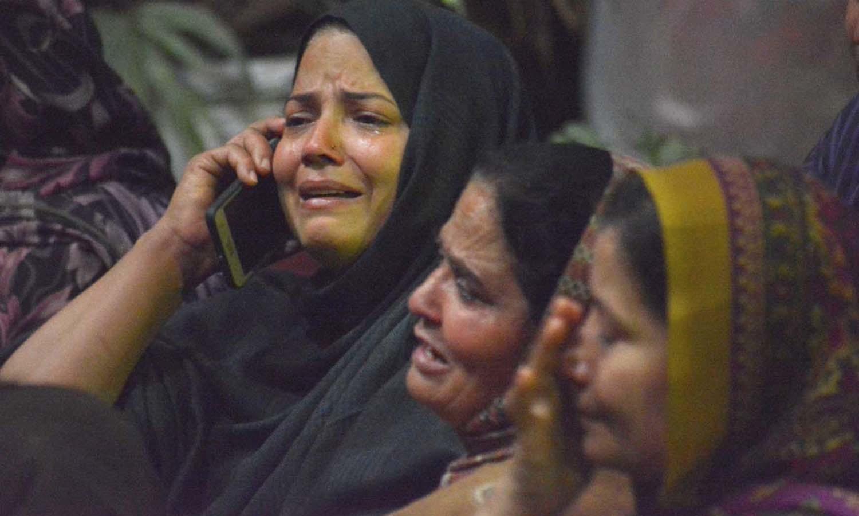 دھماکے کا نشانہ بننے والے افراد کے لواحقین ان کی خیریت کے لیے پریشانی کے عالم میں رابطے کرتے رہے — فوٹو/ اے پی پی