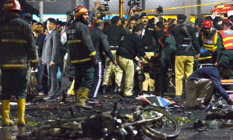 خودکش دھماکے میں پولیس کے اعلیٰ افسران بھی نشانہ بنے —فوٹو/ اے پی پی
