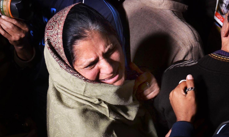 دھماکے میں جاں بحق ہونے والے افراد کے غم ذدہ لواحقین ایک دوسرے کو دلاسے دیتے رہے — فوٹو/ آن لائن