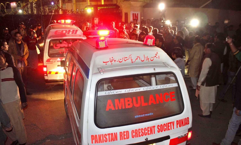 دھماکے کے فوری بعد ٹریفک کا نظام درہم برہم ہوا، جس کے باعث ایمبولینسز کو جائے وقوع پر پہنچنے میں دشواری کا سامنا کرنا پڑا —فوٹو/ اے پی پی