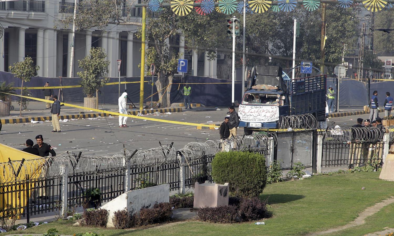لاہور کی مال روڈ پر ہونے والے دھماکے کے بعد جائے وقوع پر پولیس کی بھاری نفری متواتر موجود رہی — فوٹو/ اے پی