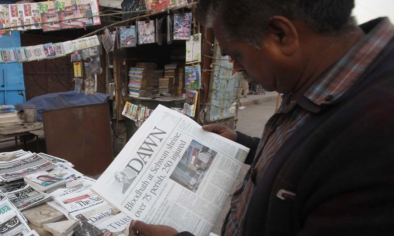 لال شہباز قلندر کے مزار میں دھماکے اور ہلاکتوں کی خبر اخبارات کی سب سے بڑی خبر بنی — فوٹو/ اے پی