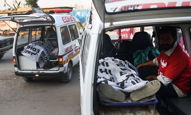 ہلاک ہونے والوں کی لاشیں فلاحی  اداروں کی گاڑیوں کی مدد سے منتقل کی گئیں — فوٹو/اے ایف پی