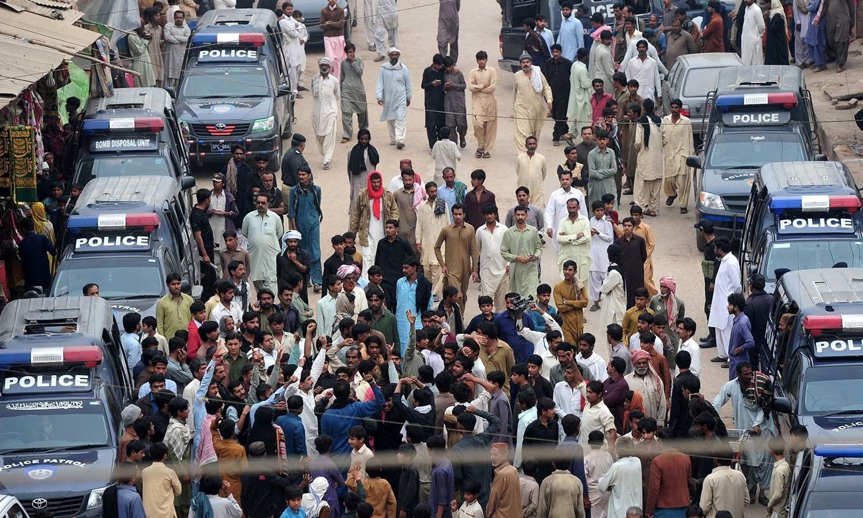 لوگوں نے دہشت گردوں کے خلاف نعرے بازی کا سلسلہ بھی جاری رکھا — فوٹو/ اے ایف پی