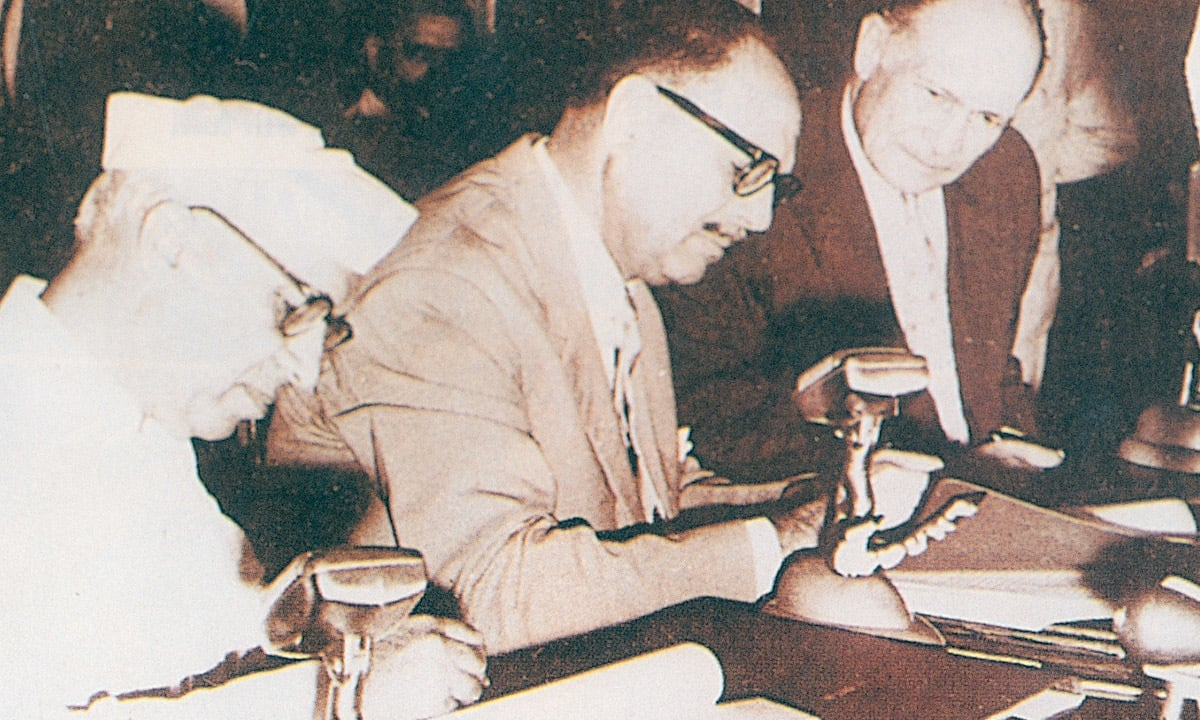 Nehru and Ayub Khan sign the Indus Water Treaty in 1962 | White Star Archives
