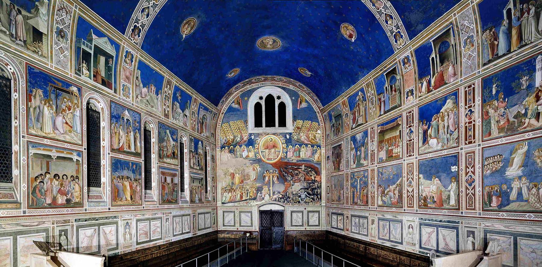 سکرووینی کلیسا(ایرینا چیپل) کا داخلی دروازہ سامنے دیکھا جا سکتا ہے۔