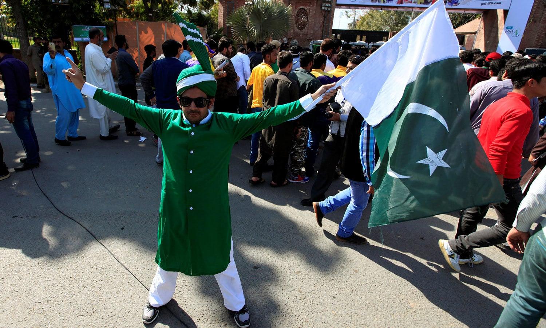 قذافی اسٹیڈیم لاہور میں تماشائیوں کی بڑی تعداد جمع ہوئی—فوٹو: رائٹرز