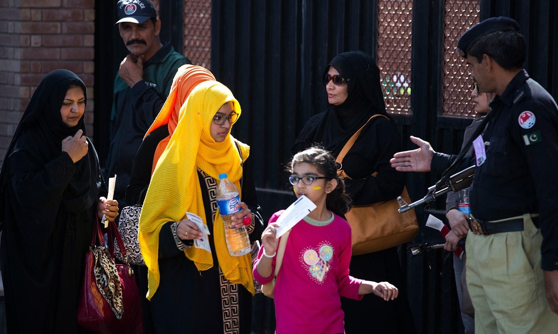 لاہور میں پی ایس ایل فائنل کو دیکھنے کے لیے بڑوں کے ساتھ ساتھ بچے بھی قذافی اسٹیڈیم آئے—فوٹو: اے پی