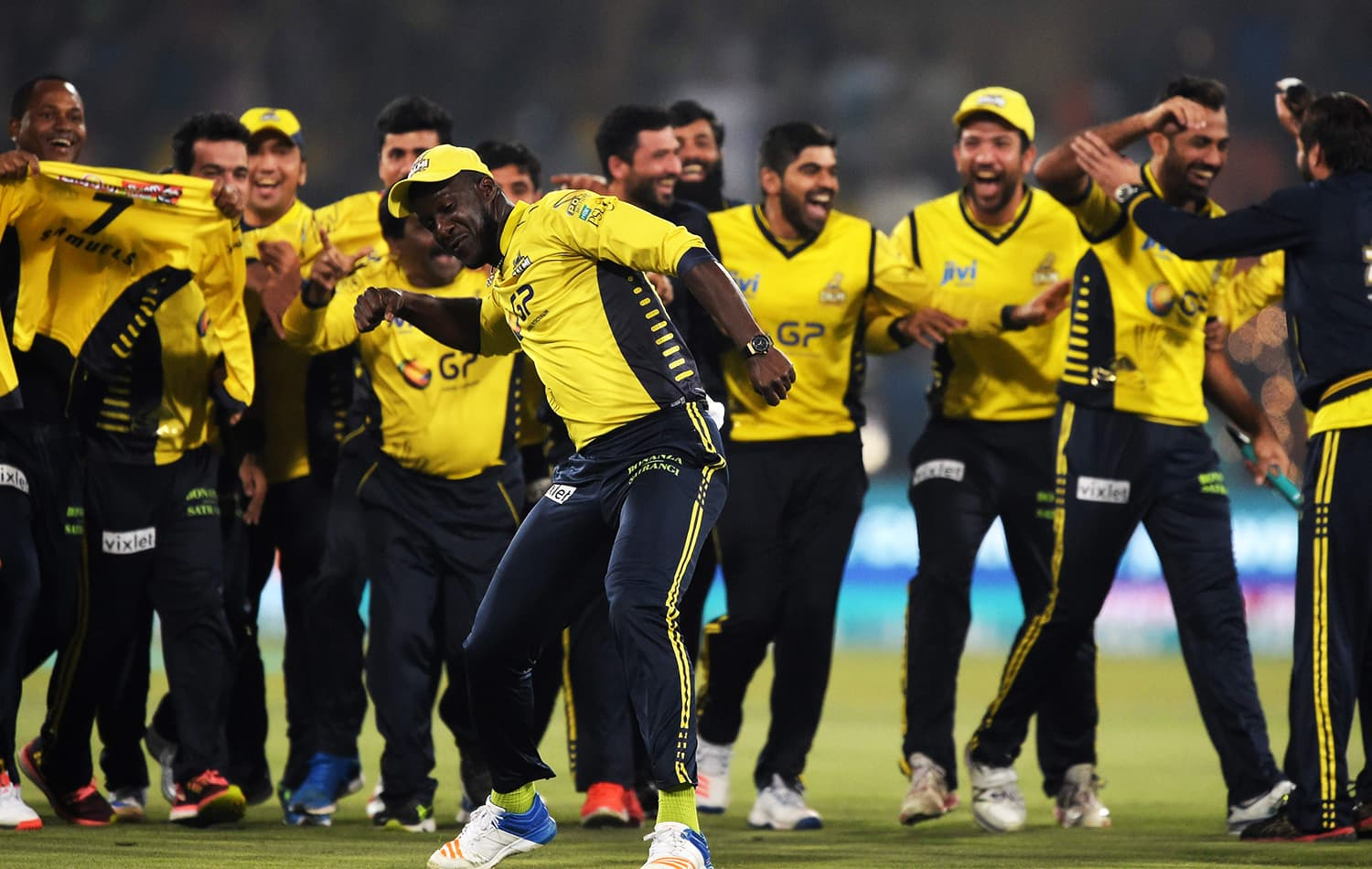 Peshawar Zalmi captain Darren Sammy celebrates with teammates his team's victory over Quetta Gladiators. ─ AFP
