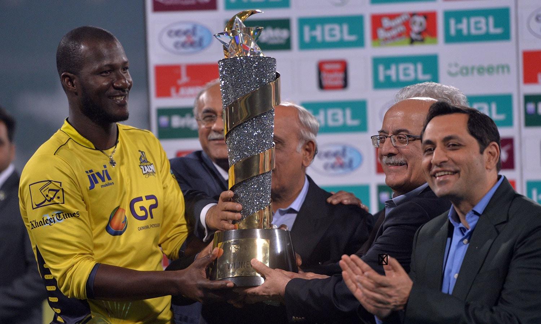 پشاورزلمی، پی ایس ایل  2017 جیت کر چمپیئن بننے والی دوسری ٹیم بن گئی—فوٹو: اے ایف پی