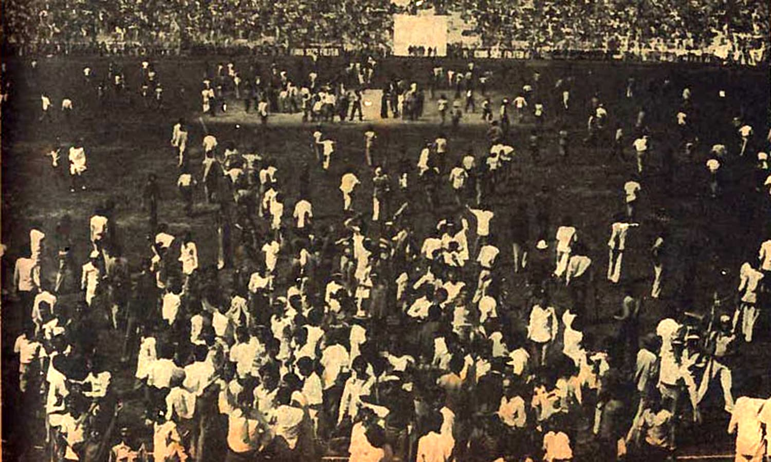 1968: Crowds invade the ground at the National Stadium during a Test against England. (Pic: The Cricketer Pakistan)