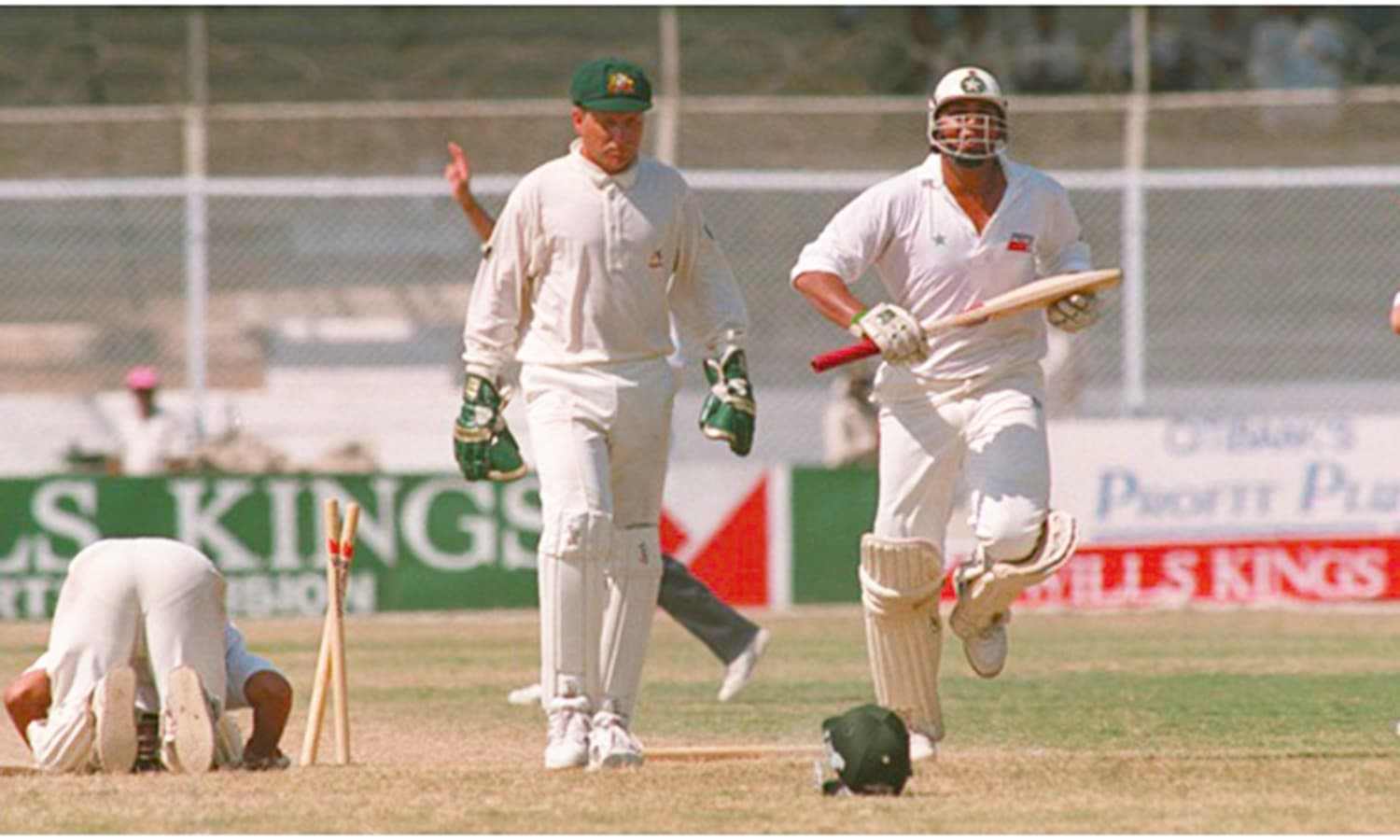 1994: Pakistan scrap through to a nail-biting win against Australia at the National Stadium. (Pic: The Cricketer Pakistan)