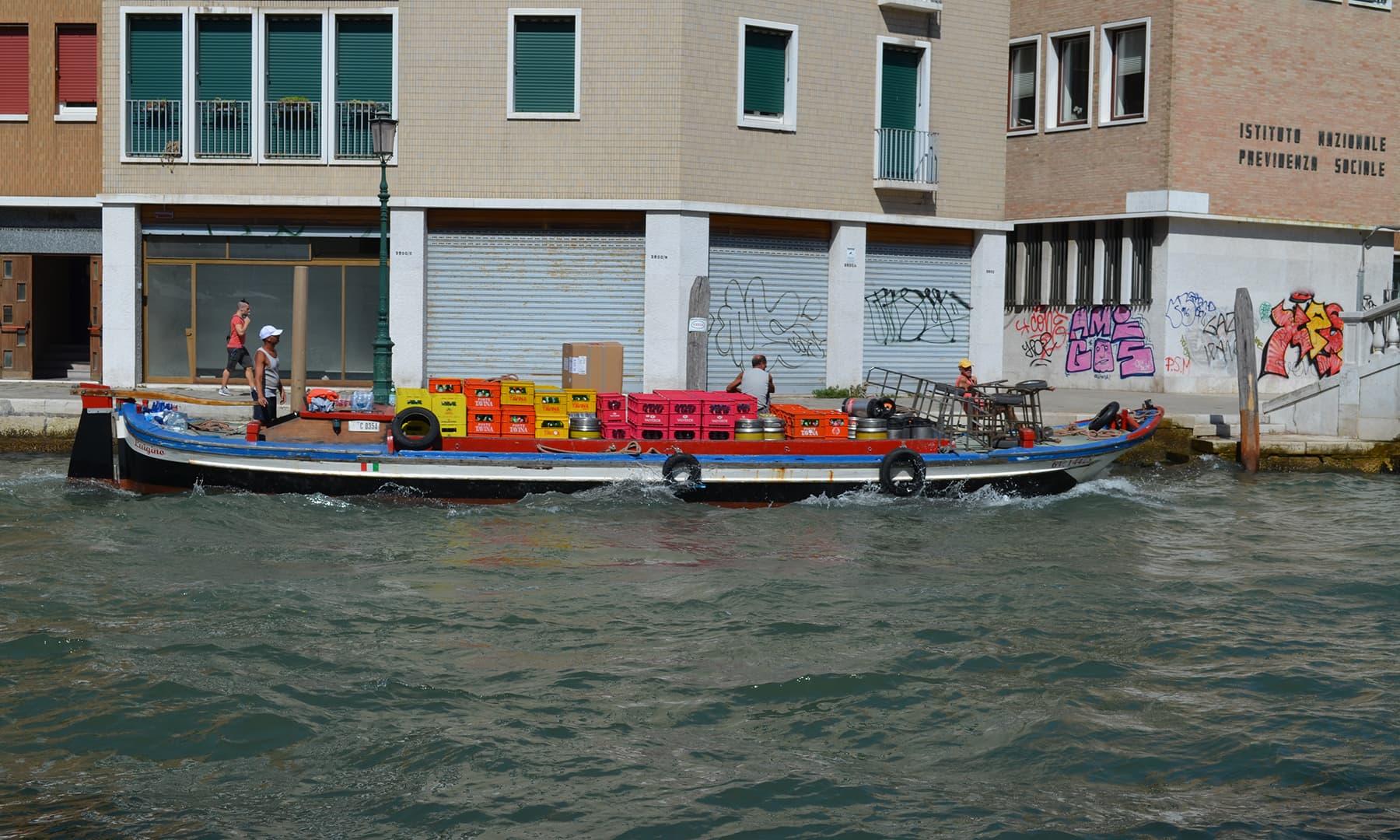 سامان ڈھونے والی کشتی — تصویر رمضان رفیق