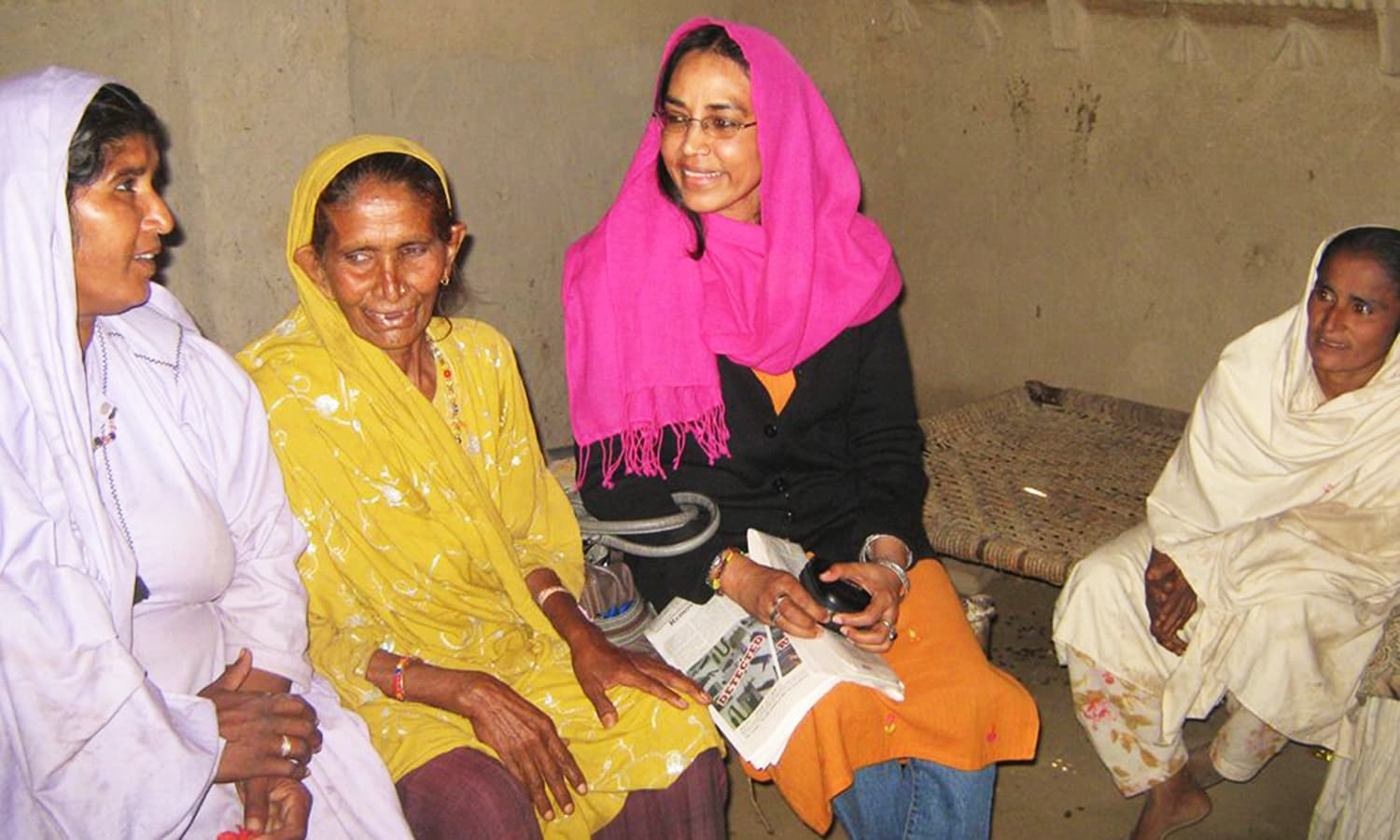 Perween having a conversation with women in Orangi. Photo credit: Justice for Perween Rahman