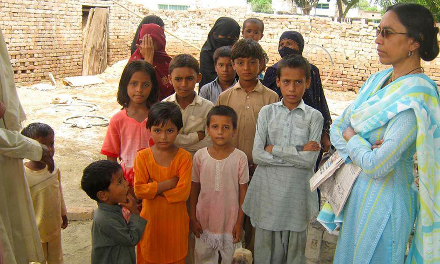 Perween with children in Orangi. Photo credit: Justice for Perween Rahman